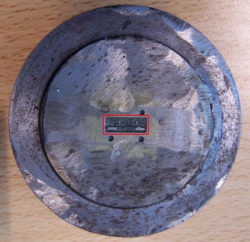 een stempelmal waarvan een bronzen speldje gemaakt wordt.